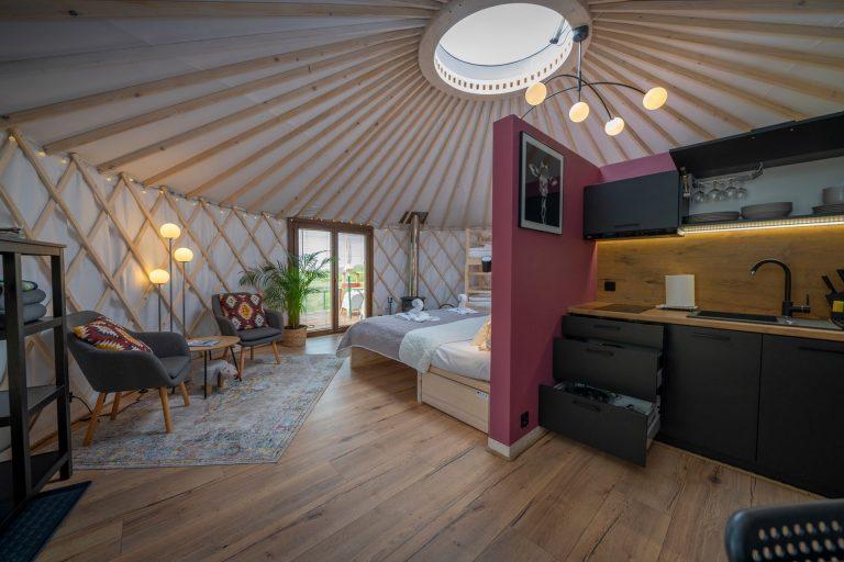 Izera Glamping - Luksusowe jurty w górach Izerskich - czerwona (3)